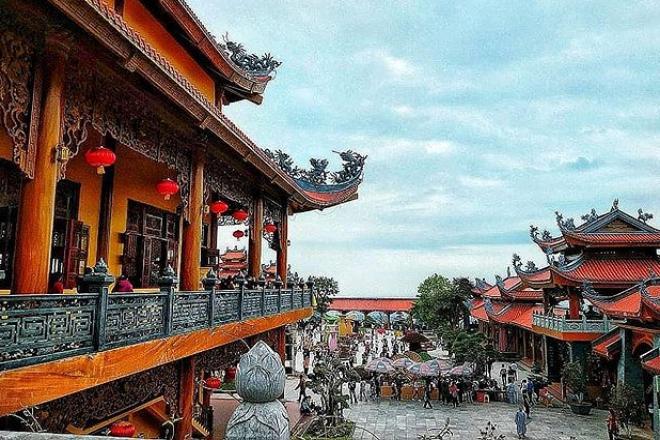 Chùa Ba Vàng còn có tên gọi là Bảo Quang Tự. Bia đá chùa Ba Vàng còn lưu dấu vị Thiền Tổ khai sáng cho chùa là Đại Thiền Sư thuộc Thiền phái Trúc Lâm Yên Tử, tên ngài là Trúc Lâm Ma Ha Sa Môn - Tuệ Bích Phổ Giác (1659 - 1758).